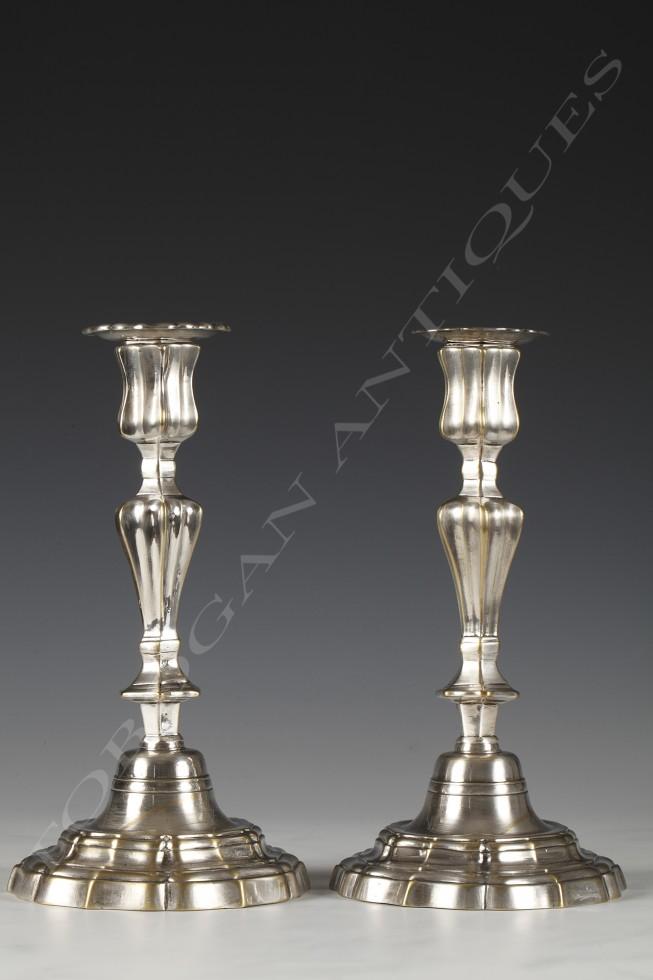 Paire de bougeoirs <br/> en bronze argenté