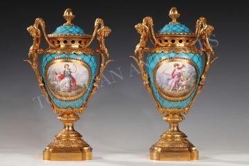 Charmante paire de vases couverts <br/> «L'Architecture et la Musique»