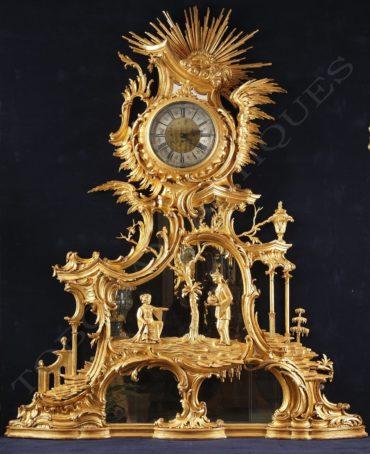 Pendule aux chinois en bois doré – Tobogan Antiques – Antiquaire Paris 8ème
