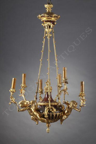 Lustre aux amours en griotte et bronze doré – Tobogan Antiques – Antiquaire Paris 8ème