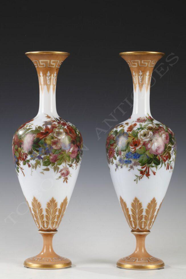 Baccarat <br/> Paire de vases en opaline