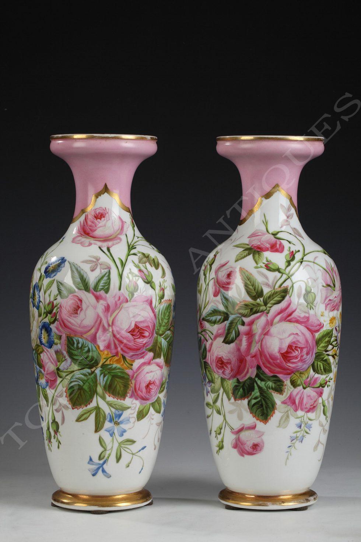 Porcelaine de Paris <br/> Elégante paire de vases
