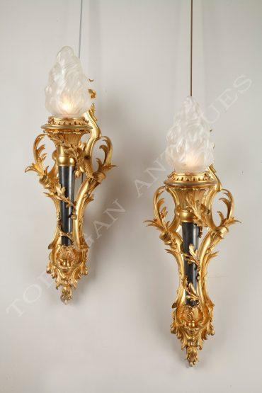 Paire-d'appliques-torche en-bronze-doré-et-patiné