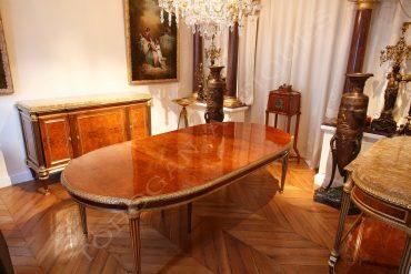 Elégant ensemble de salle à manger de style Louis XVI en acajou et loupe d'amboine comprenant une table, une desserte et un buffet.