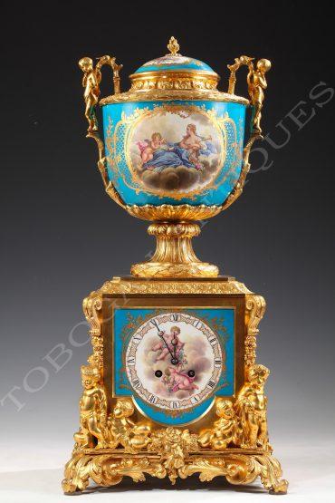 Pendule aux amours en porcelaine et bronze doré - Tobogan Antiques - Antiquaire Paris