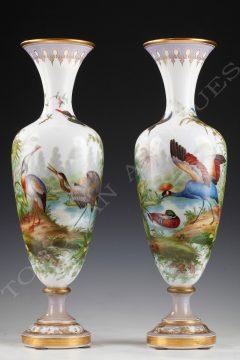 Baccarat <br/> Paire de vases opaline