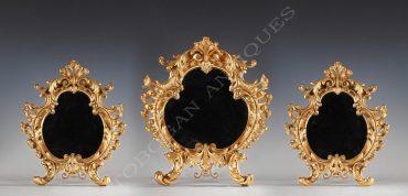 Elégante suite de trois miroirs en bronze doré à chevalet