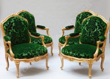 Belle suite de quatre fauteuils à châssis en bois doré