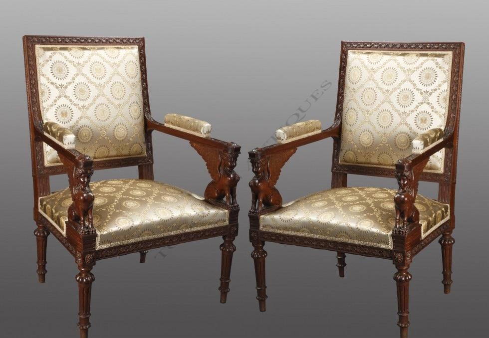 Paire de fauteuils aux sphinges ailées