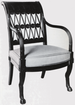 Un fauteuil de Jacob Frères, d'une datation proche (1796-1803), reprend la forme générale des fauteuils de notre suite, et particulièrement celle des élégants accotoirs.