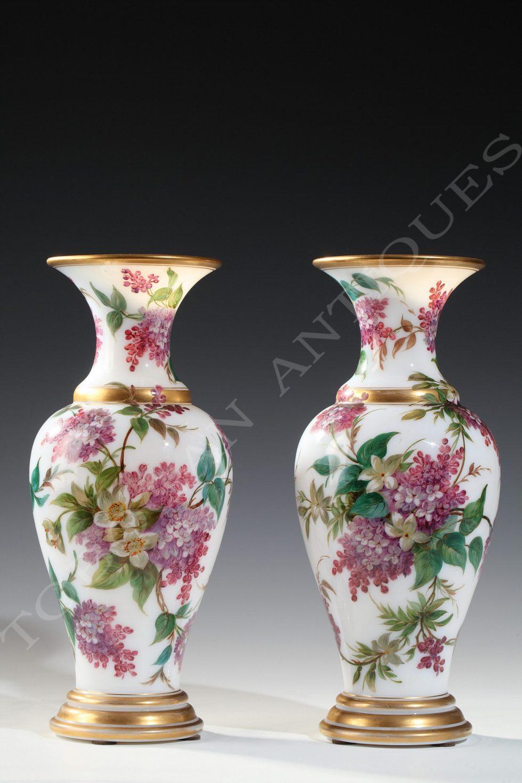 Manufacture de Baccarat <br/> Paire de vases en opaline