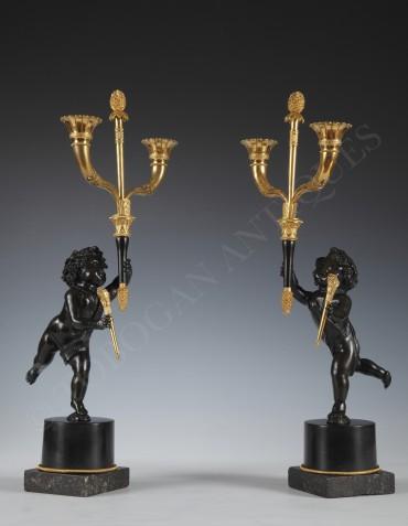 Paire de Candélabres « Aux Amours » en bronze patiné et doré - Tobogan Antiques - Antiquaire Paris