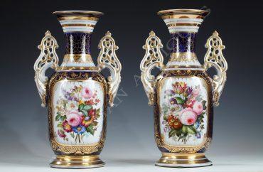 Charmante paire de vases en porcelaine de Valentine à décor de fleurs au naturel