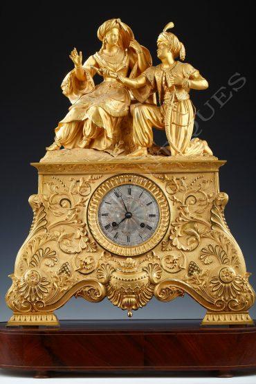 Pendule philhellénique Leila et le Giaour en bronze doré - Tobogan Antiques - Antiquaire Paris