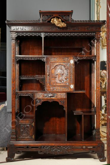 Beautiful cabinet with asymmetrical shelves, adorned with a Samouraï figure and a dragon in the cornice.