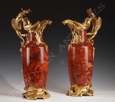 Ravissante paire d'aiguières en brèche sanguine et bronze doré de la Maison Millet