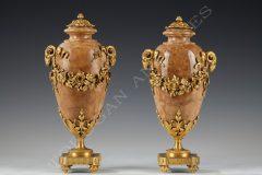 Susse Frères  Paire de Vases couverts