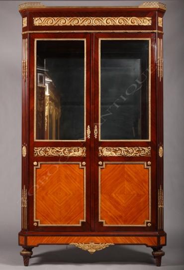 Vitrine de style Louis XVI marqueterie Tobogan Antiques Paris antiquités XIXe siècle