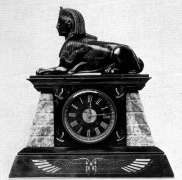 Pendule néo- Egyptienne Servant bronze horlogerie Tobogan Antiques Paris antiquités XIXe siècle